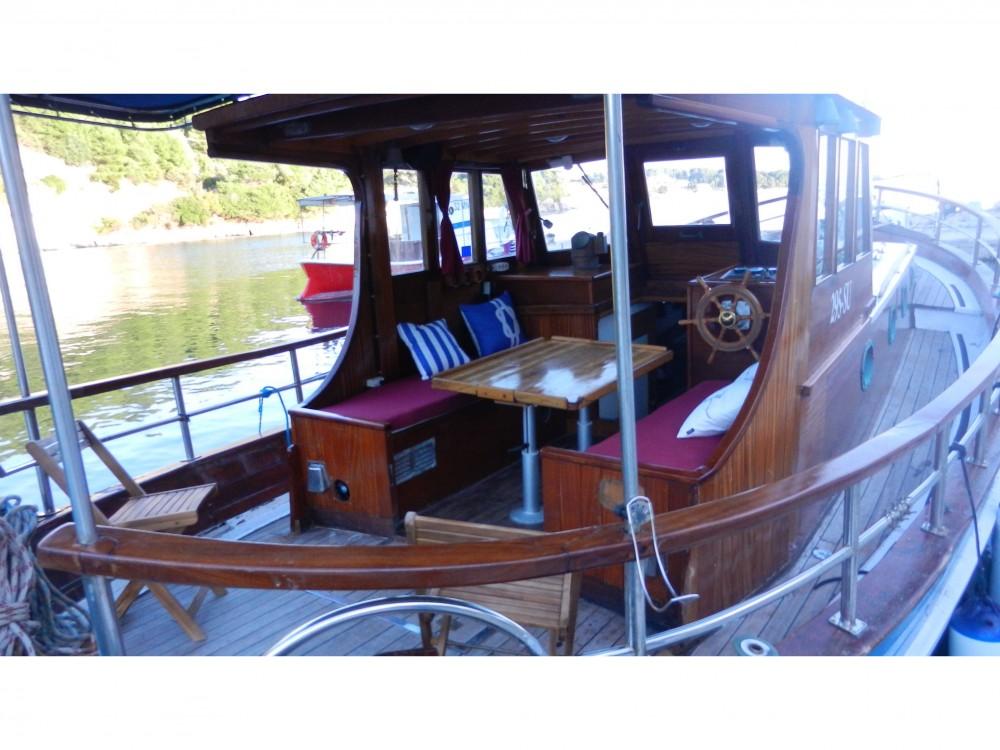 Louer Bateau à moteur avec ou sans skipper  à Split