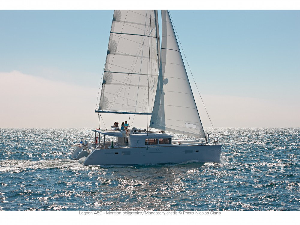 Louez un Lagoon Lagoon 450 F (2019) equipped with generator, A/C (saloon+cabins), water maker, dishwasher, ice maker, bow truster à Split