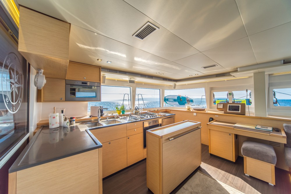 Location bateau Lagoon Lagoon 560 S2 (2016) equipped with generator, AC (saloon+cabins), water maker, ice maker, microwave oven, dishwasher, underwater lights, 2 X S.U.P. , water ski & tube, 8 snorkel. sets à Spalato sur Samboat
