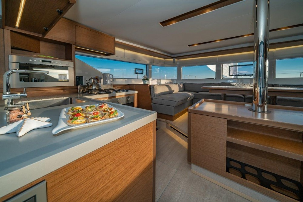 Louez un Lagoon Lagoon 50 (2018)equipped with airconditioning (saloon + cabins), generator, watermaker, ice maker, dishwasher, washer/dryer, 2 SUP à Split