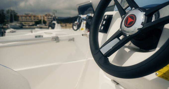 Louer Bateau à moteur avec ou sans skipper Compass à Lefkada (Île)