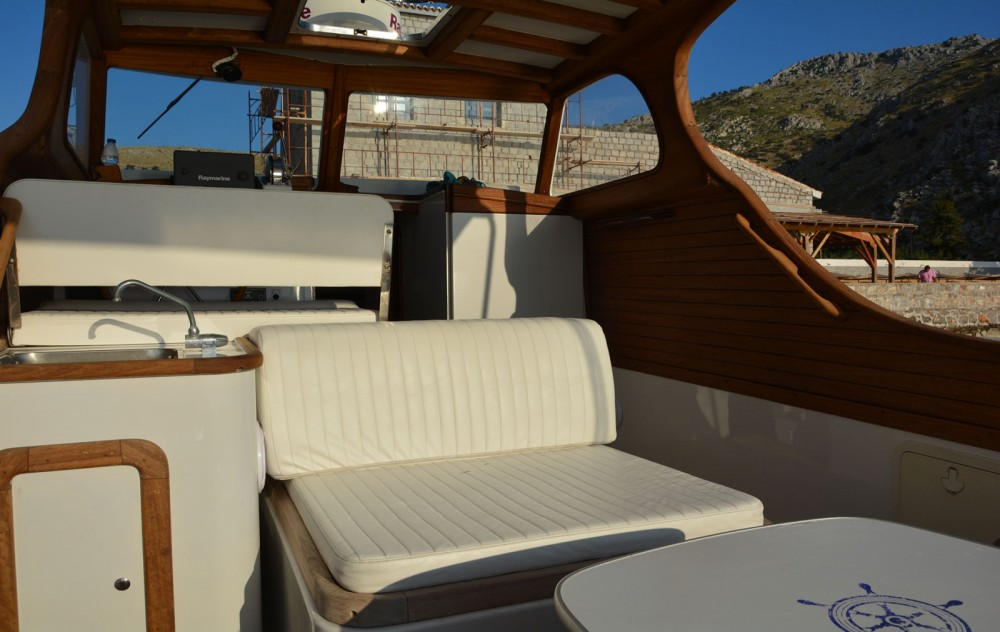 Louer Bateau à moteur avec ou sans skipper Custom Made à Attique