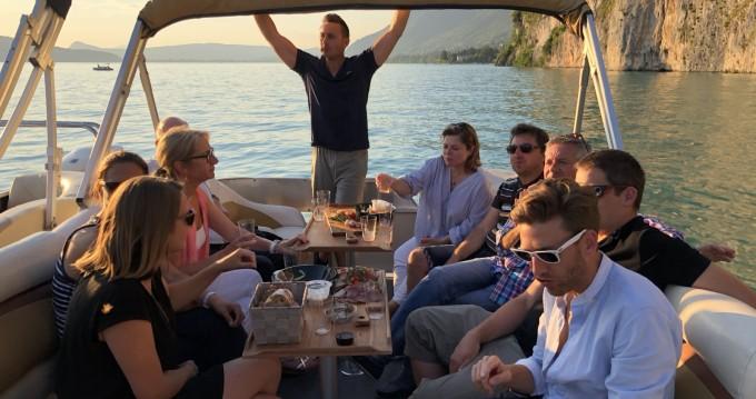 Louez un Sun Tracker Party Barge 24 DLX à Annecy