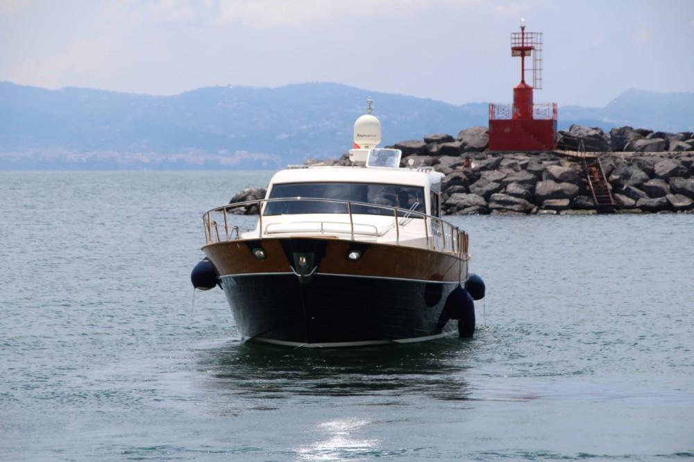 Louer Bateau à moteur avec ou sans skipper cantieri di donna à Torre del Greco