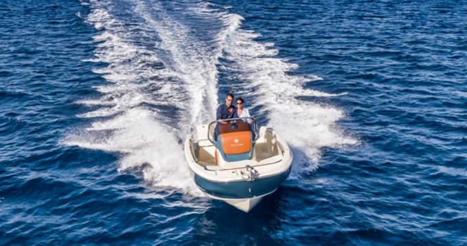 Louer Bateau à moteur avec ou sans skipper Invictus  à Cala d'Or