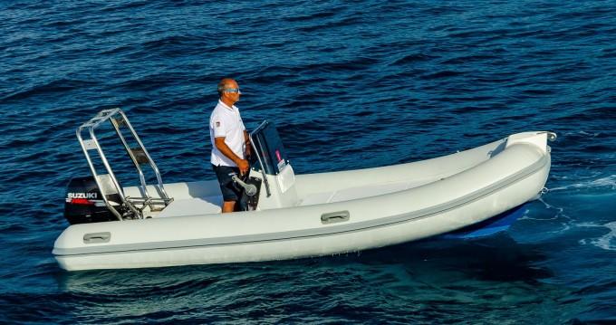 Louer Semi-rigide avec ou sans skipper Selva à Cefalù