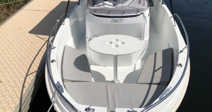 Location bateau Jeanneau Cap Camarat 5.5 CC Serie 2 Style à Puerto Deportivo de Baiona sur Samboat