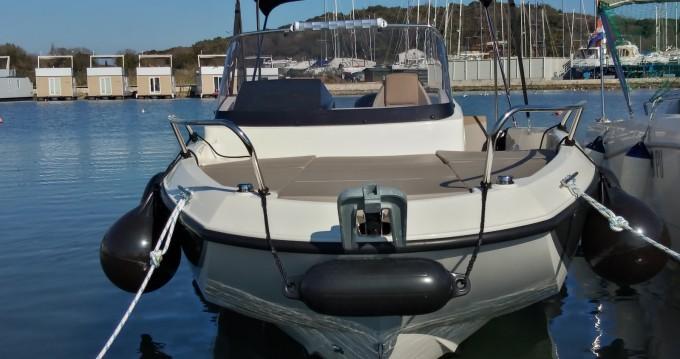 Louer Bateau à moteur avec ou sans skipper Quicksilver à Pula