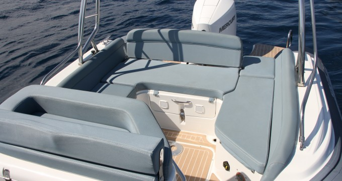Louer Semi-rigide avec ou sans skipper Salpa à Antibes